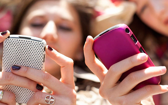 Девушки с телефонами