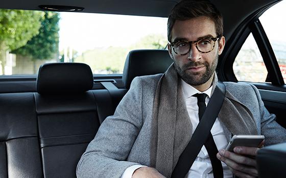 Мужчина в авто со смартфон